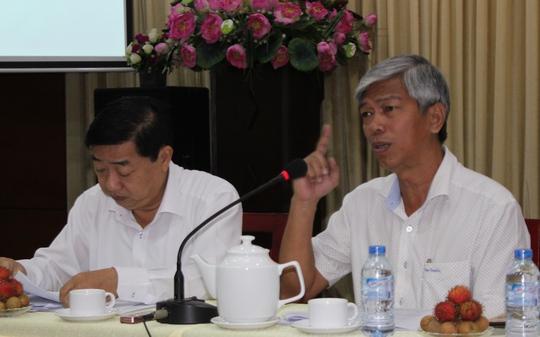 Chánh Văn phòng UBND TP HCM Võ Văn Hoan (bìa phải) yêu cầu chấn chỉnh lại cán bộ ngành & tài nguyên và môi trường