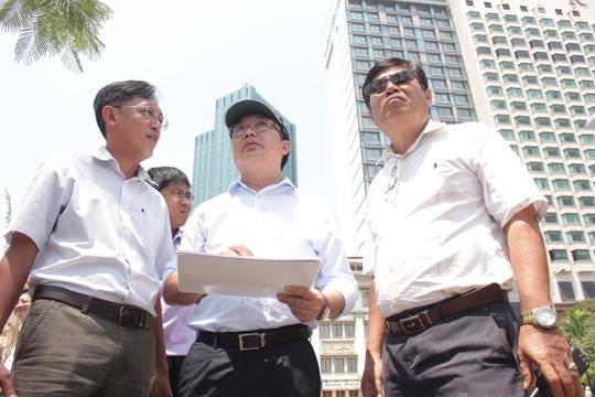 Chủ tịch UBND quận 1 Trần Thế Thuận (giữa) khảo sát thực tế tại bến Bạch Đằng Ảnh: Quốc Chiến