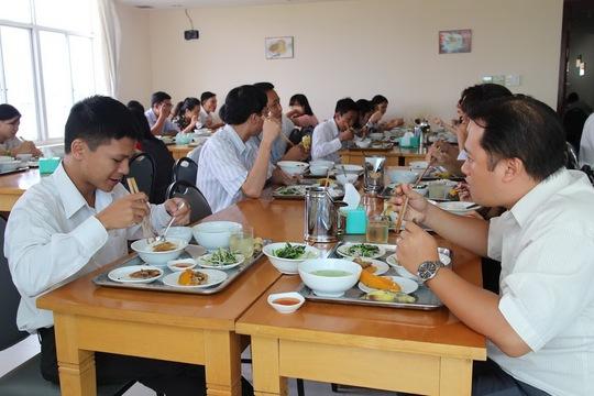 Bữa ăn giữa ca của người lao động Công ty CP Himlam Land Ảnh: Hồng Đào
