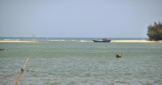Lượng cát doanh nghiệp tận thu vượt quy định nhưng luồng lạch cửa biển Tư Hiền vẫn chưa được nạo vét