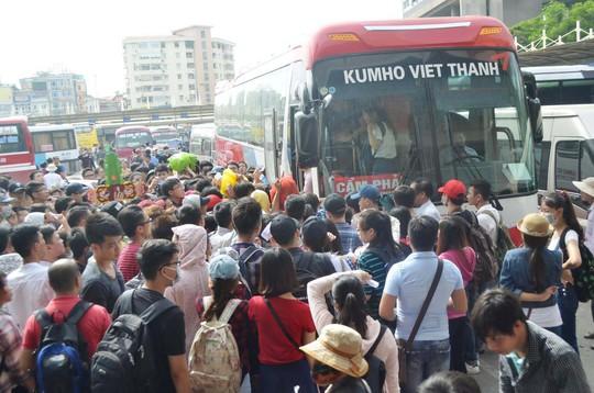 Một số nhà xe kêu khó khăn khi Hà Nội điều chuyển luồng tuyến xe khách vận tải tại các bến xe trong TP. Trong ảnh: Hành khách lên xe tại Bến xe Mỹ Đình