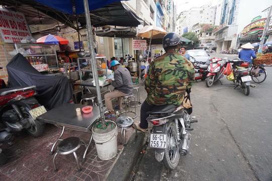 Buôn bán lấn chiếm vỉa hè, lề đường trên đường Thủ Khoa Huân (quận 1, TP HCM) Ảnh: Hoàng Triều