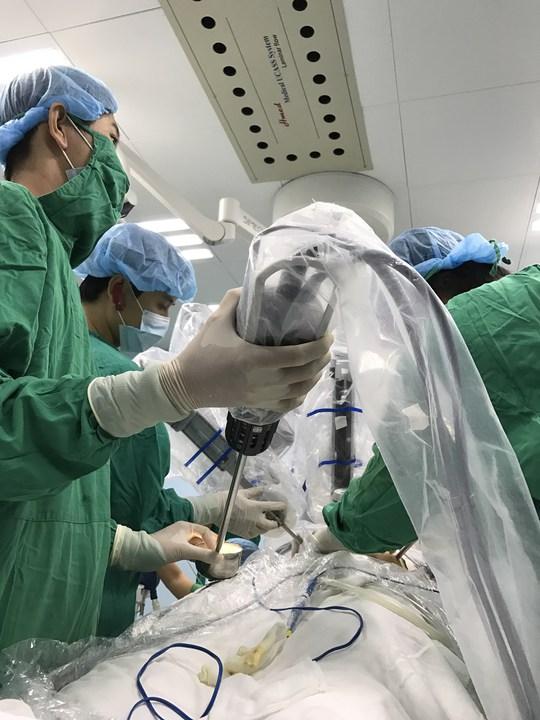 Các bác sĩ đang xử trí ca mổ.