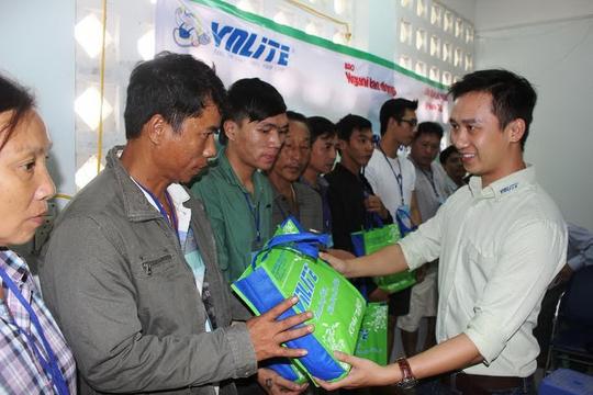 Đại diện nhãn hàng VNLITE LED hỗ trợ người dân gặp hoạn nạn