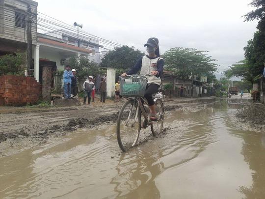 Mặt đường nham nhở ổ gà, bùn lầy đóng thành lớp dày gây khó khăn trong sinh hoạt của người dân