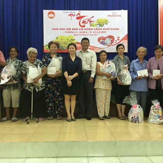 Đại diện Công ty Bảo hiểm Nhân thọ Prudential trao quà Tết cho người nghèo tại phường 13, quận 8