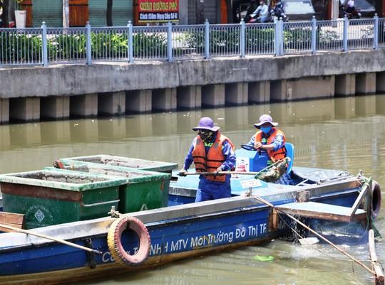 Nhân viên Công ty TNHH MTV Môi trường Đô thị TP HCM vớt cá chết trên kênh Nhiêu Lộc - Thị Nghè ngày 4-4