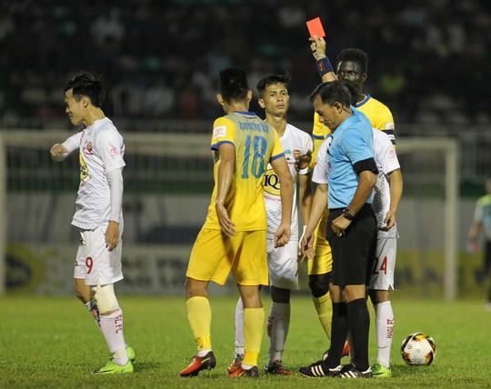 Trọng tài Xuân Nguyện bị HAGL cho là nặng tay đuổi A Hoàng, góp phần khiến đội thua ngược FLC Thanh Hóa 2-3 Ảnh: Minh Trần