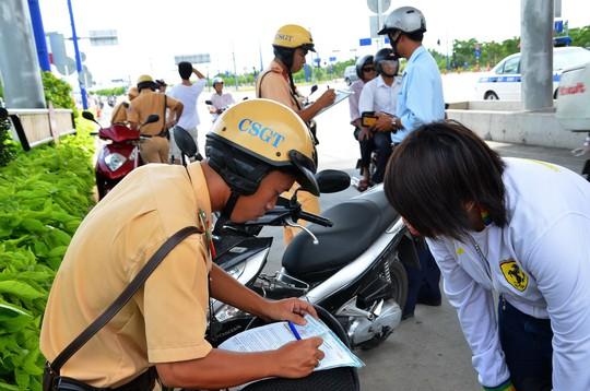 Buộc lao động công ích để trị vi phạm giao thông - Ảnh 1.