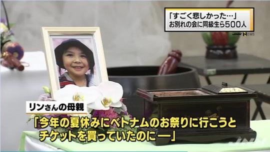 Di ảnh bé Linh bên hương án. Ảnh: Japanese News Network