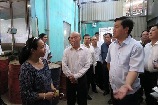 Bí thư Thành ủy TP HCM Đinh La Thăng đi kiểm tra cơ sở ô nhiễm môi trường ở xã Vĩnh Lộc B Ảnh: BẢO NGHI