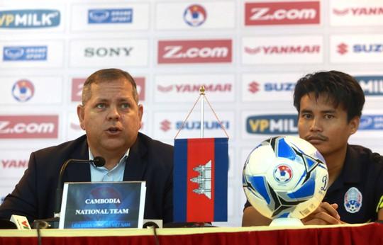 HLV Leonardo Vitorino phát biểu trước trận gặp tuyển Việt Nam