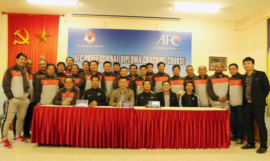 HLV Huỳnh Đức, Hữu Thắng tốt nghiệp khóa học AFC Pro - Ảnh 1.