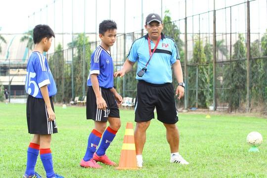 HLV Hoàng Hùng chỉ dẫn bài tập cho cầu thủ đội U12 PVF