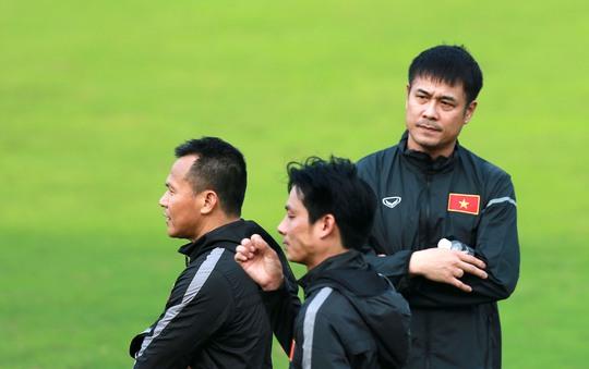 HLV Hữu Thắng rất lo lắng vì tuyển Việt Nam phải di chuyển hơn 30 giờ mới tới Tajikistan để thi đấu