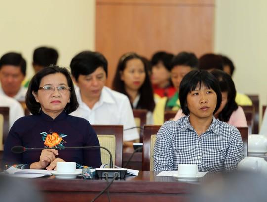 HLV Bóng đá nữ Đoàn Thị Kim Chi (bìa phải), một trong những HLV - VĐV tiêu biểu của TP HCM hơn 15 năm qua