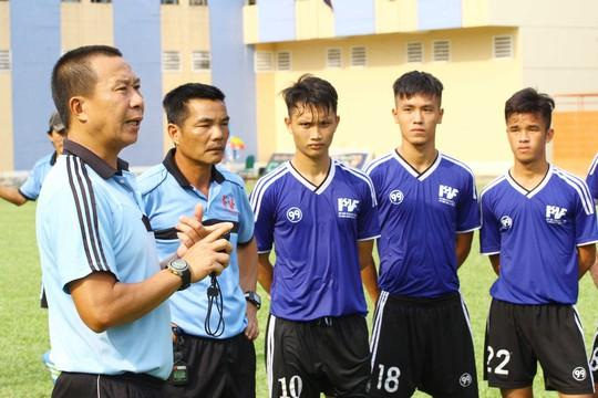HLV Nguyễn Mạnh Cường phổ biến nội dung bài tập cho cầu thủ đội U19 PVF