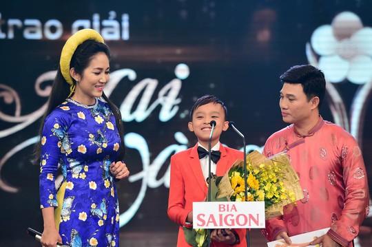 Bé Hồ Văn Cường nhận giải Ca sĩ hát nhạc âm hưởng dân ca, truyền thống cách mạng được yêu thích nhất Ảnh: LÝ VÕ PHÚ HƯNG