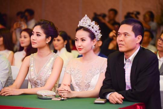 Hoa khôi du lịch 2017 Đỗ Trần Khánh Ngân (mang vương miện) đến dự buổi công bố Hoa hậu hữu nghị ASEAN 2017