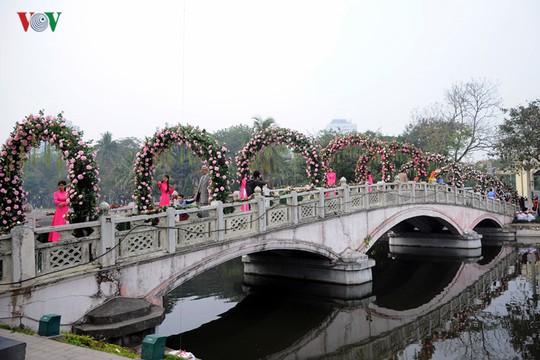 Theo như quảng cáo của BTC, toàn bộ Đảo Thống nhất sẽ trở thành Đảo Hoa hồng, được trang hoàng lộng lẫy sắc màu của hơn 300 loài hoa hồng từ khắp nơi trên thế giới. Tuy nhiên, ngay từ lối vào, người dân không khỏi thất vọng bởi lối đi được trang trí bằng cổng hoa giả thưa thớt.