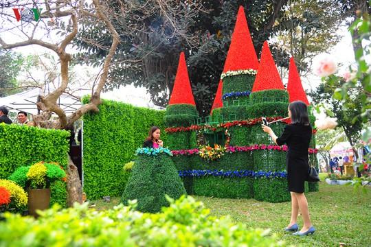 Kiệt tác lâu đài hoa hồng theo như lời quảng cáo của BTC khiến nhiều người thất vọng bởi toàn hoa giả.