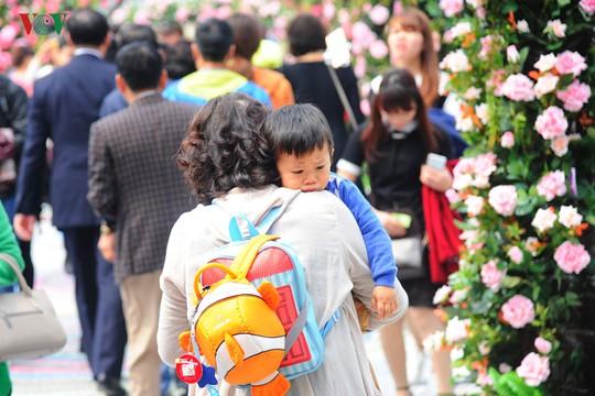Nhiều người không chịu được cảnh nắng nôi, đông đúc tại lễ hội đã bỏ về sớm.