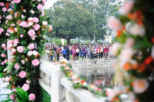 Ngay từ đầu giờ sáng, hàng trăm người đã có mặt ở cổng vào của Đảo Thống nhất để chờ vào tham quan Lễ hội. Tuy nhiên, phải đến 12 giờ trưa, sau khi kết thúc chương trình khai mạc, người mua vé mới được vào.