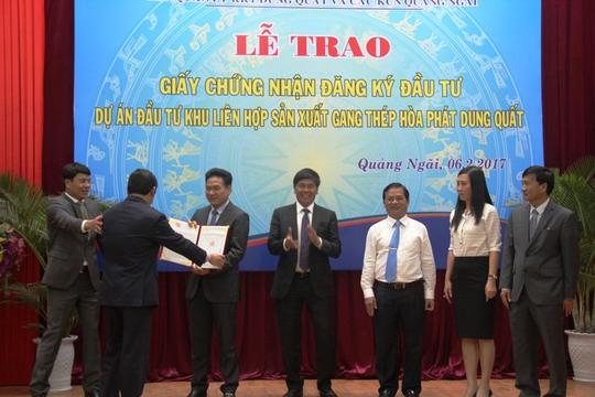 Đại diện UBND tỉnh Quảng Ngãi trao giấy chứng nhận đầu tư cho Tập đoàn Hòa Phát. Ảnh: Tử Trực