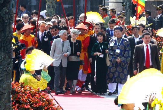 Nhà vua và Hoàng hậu Nhật Bản tham quan Đại nội Huế. Ảnh. H.Cầu