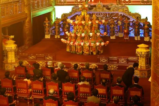 Toàn cảnh Nhà hát Duyệt Thị Đường khi Nhà vua và Hoàng hậu thưởng thức Nhã nhạc cung đình Huế. Ảnh; H.Cầu