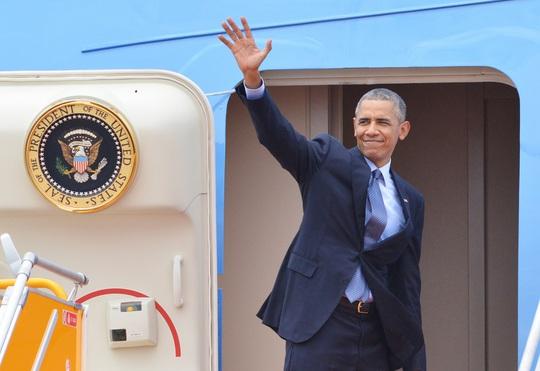 Hình ảnh Obama vẫy tay chào tạm biệt trước khi rời Việt Nam.