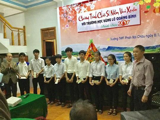 Trao 10 suất học bổng cho học sinh Trường THPT Phan Bội Châu