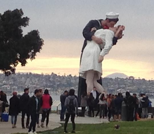 Nụ hôn tạo cảm giác lãng mạn trước khi tham quan USS Midway. Ảnh: P.Nhi