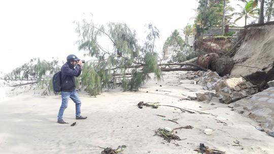 Chùm ảnh: Bờ biển Cửa Đại tan hoang hơn 2 km - Ảnh 6.