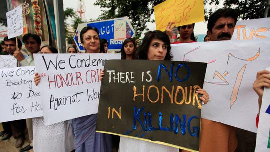 Người dân phản đối tình trạng giết người vì danh dự ở Pakistan. Ảnh: Reuters
