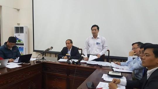 Ông Nguyễn Hữu Thành, phó chủ tịch UBND tỉnh Bắc Ninh (áo đen), tại buổi họp báo chiều muộn 16-3