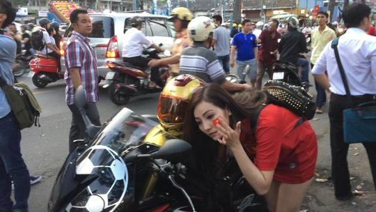 Cô tranh thủ dán decal quốc kỳ Việt Nam lên má trước khi vào sân Thống Nhất cổ vũ cho Công Phượng, Văn Toàn