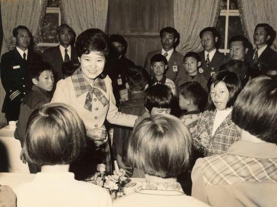 Bà Park trong những năm 1970. Sau khi mẹ bị ám sát, bà đóng vai trò đệ nhất phu nhân. Ảnh: Reuters