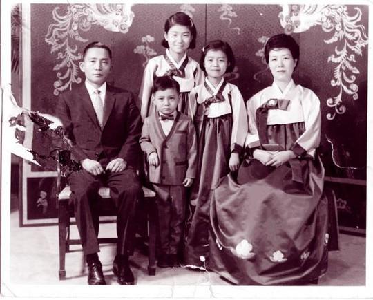 Bà Park (giữa) trong tấm ảnh chụp cùng cha mẹ khi nhỏ. Cha bà là cố Tổng thống Park Chung-hee. Ảnh: Reuters