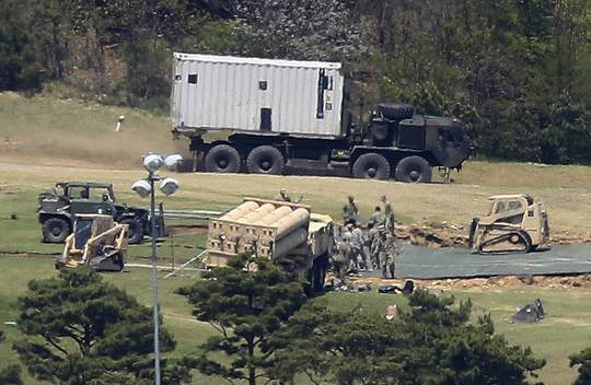 Lắp đặt THAAD tại Hàn Quốc. Ảnh: AP