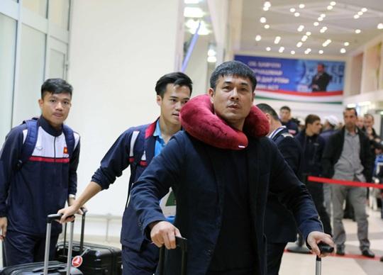 HLV Nguyễn Hữu Thắng cùng Văn Toàn, Đinh Thanh Trung ra khỏi phòng làm thủ tục nhập cảnh