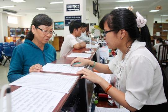 Người dân làm thủ tục lãnh lương hưu tại BHXH TP HCM