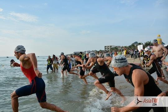 Các VĐV trong phần thi bơi 1,9 km ngoài biển