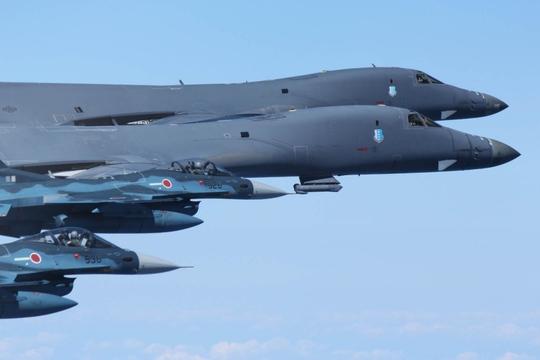 Máy bay B-1B cùng F-35B và F-2 của Nhật Bản bay gần Nhật Bản hôm 18-9. Ảnh: JASDF