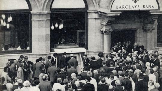 Máy ATM đầu tiên được phủ vàng - Ảnh 1.
