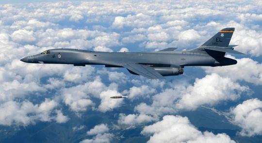 Máy bay ném bom B-1B thả bom ở Pilsung Range - Hàn Quốc. Ảnh: US Army