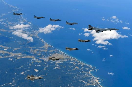 Máy bay Mỹ và Hàn Quốc bay trên bán đảo Triều Tiên và thực hiện khả năng tấn công hôm 18-9. Ảnh: US Army