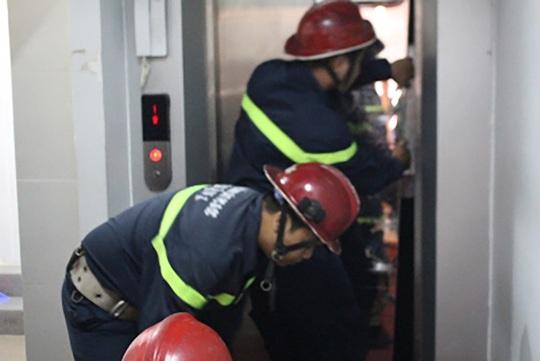 Lực lượng PCCC quận 1 (TP HCM) cạy cửa thang máy để giải cứ 5 người mắc kẹt