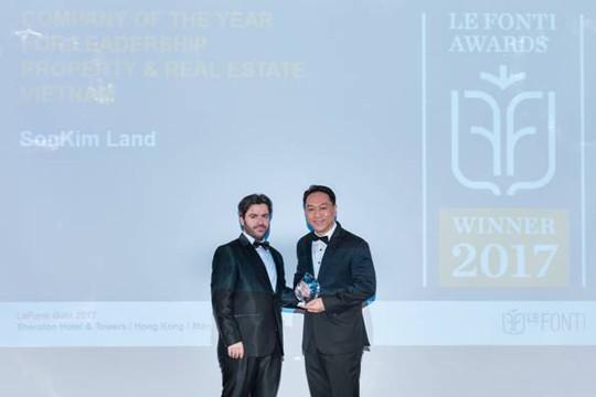 """Ông Han Suk Jung, Giám đốc điều hành SonKim Land (phải) nhận giải thưởng IAIR cho hạng mục """"Doanh nghiệp của năm - Dẫn đầu ngành bất động sản"""". Ảnh: SK"""
