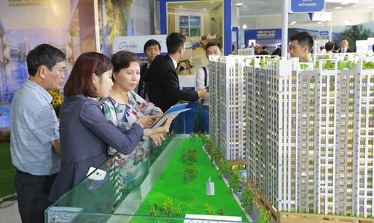 Khách hàng tìm hiểu dự án RichStar nằm mặt tiền đường Hòa Bình, quận Tân Phú, TP HCM với 7 tòa tháp cao 22 tầng do Novaland đầu tư
